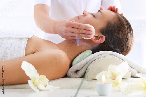 Pielęgnacja skóry twarzy, kobieta w salonie kosmetycznym - 70261474