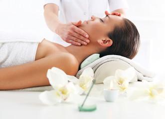 Gabinet kosmetyczny -kobieta na masażu twarzy