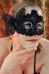 Twen in Dessous trägt Maske