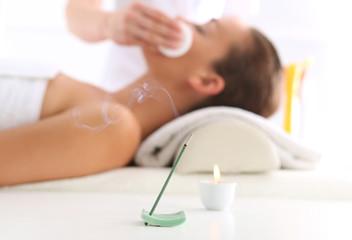 Oczyszczanie skóry twarzy , kobieta w salonie urody