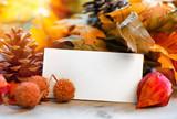 Fototapety Herbst Hintergrund mit Blättern und leerer Karte (coypspace)