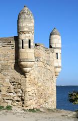 Крепость Ени-кале 17 в. на фоне голубого неба и моря.