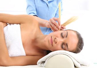 Relaks w spa -  świecowanie uszu