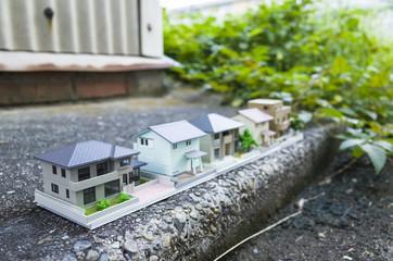 地面に並んでいる住宅模型