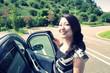 車に乗り込もうとしている女性