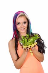 junge Frau mit Salatschüssel