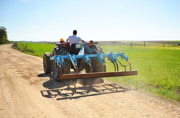 Tractor agrícola en el campo