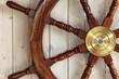 canvas print picture - altes Steuerrad eines Schiffes an einer Holzwand