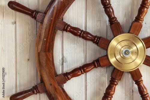 canvas print picture altes Steuerrad eines Schiffes an einer Holzwand