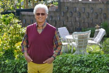 Uomo anziano in giardino