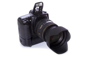 Spiegelreflexkamera, schräg von oben – auf weißem Hintergrund