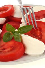 Salade de tomates et mozzarella avec basilic