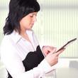 Business-Frau tippt auf ihr Tablet