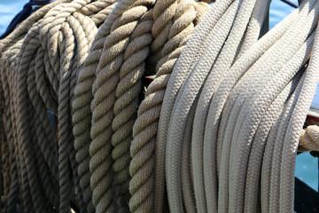 Taue und Seile auf einem Segelboot