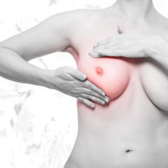 Frau mit Brustschmerzen - schwarz weiß