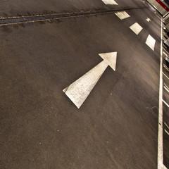 Auto in der Tiefgarage - Ausfahrt/ Richtungspfeil