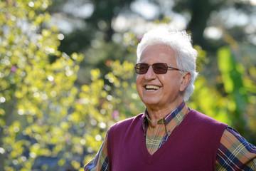 Anziano sorridente in giardino