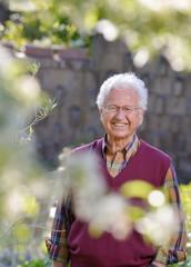 Uomo anziano felice in giardino