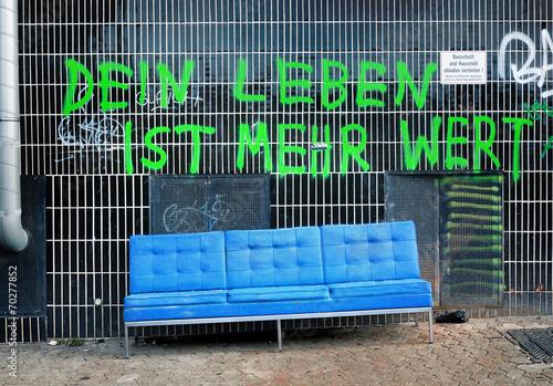 Leinwanddruck Bild Sperrmüll Armut Deutschland Graffiti