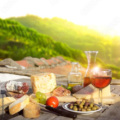 mediterrane Köstlichkeiten serviert auf Terrasse in Italien - 70278068
