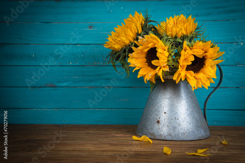 Fotobehang Zonnebloemen sunflower in metal vase