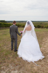 Les mariés prés des vignes