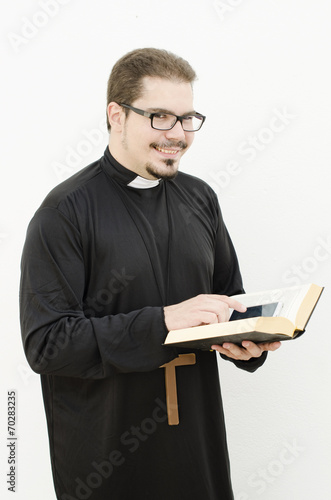 The priest and the smartphone - 70283235