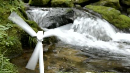 沢のそばの風力発電の模型