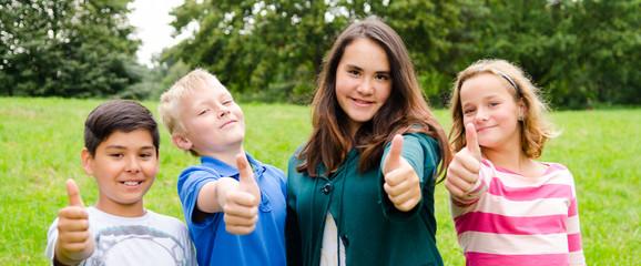 teenagergruppe zeigt daumen hoch