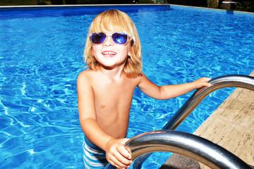Bambino felice in piscina