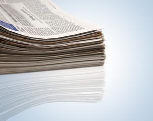 Schöne gestapelte Zeitungen