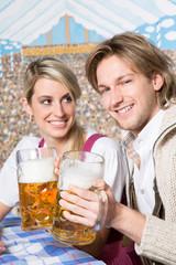 Hübsches Paar im Bierzelt
