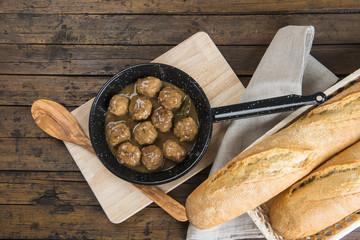 Albondigas en salsa con pan para la comida
