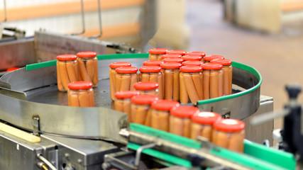 Fliessband Würstchen im Glas in d. Lebensmittelindustrie