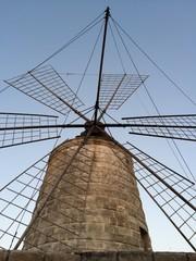 Mulino a vento in disuso