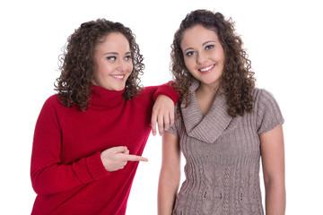 Reale Zwillingsschwestern lachend in winterlicher Kleidung