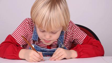 kind beim zeichnen