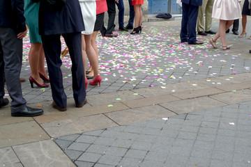 Mariage, invités et confettis