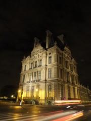 Noche junto al Museo del Louvre