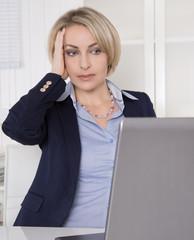Deprimierte gestresste Frau im Büro hat Passwort vergessen