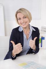Ältere erfolgreiche Frau im Büro stolz auf die Frauenquote
