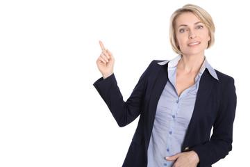 Attraktive ältere Business Frau zeigt mit dem Finger auf Weiß