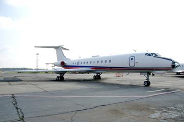самолет на парковке ту-134