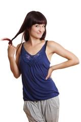 junge Frau spielt mit ihren Haaren