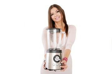 Frau präsentiert neues Küchengerät