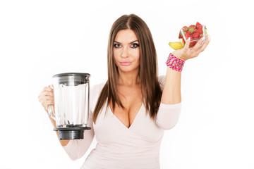 junge Frau mit Mixer und Früchten
