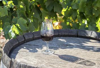 Verre de vin rouge sur tonneau