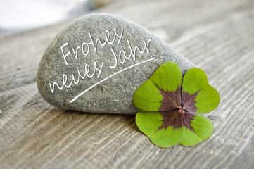 Stein mit Klee und Frohes neues Jahr