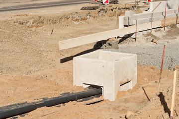 Leerrohr verläuft in einen neuen Kabelschacht aus Beton
