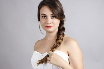 mujer joven mirando a camara